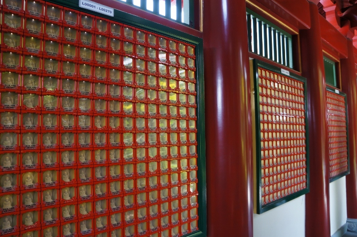 The walls of the roof are lined with miniature Buddhas